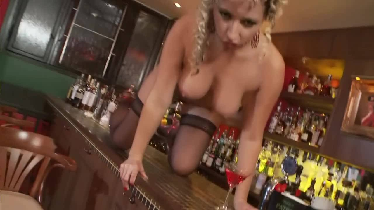 Красотка легла на барную стойку и мастурбирует волосатую киску