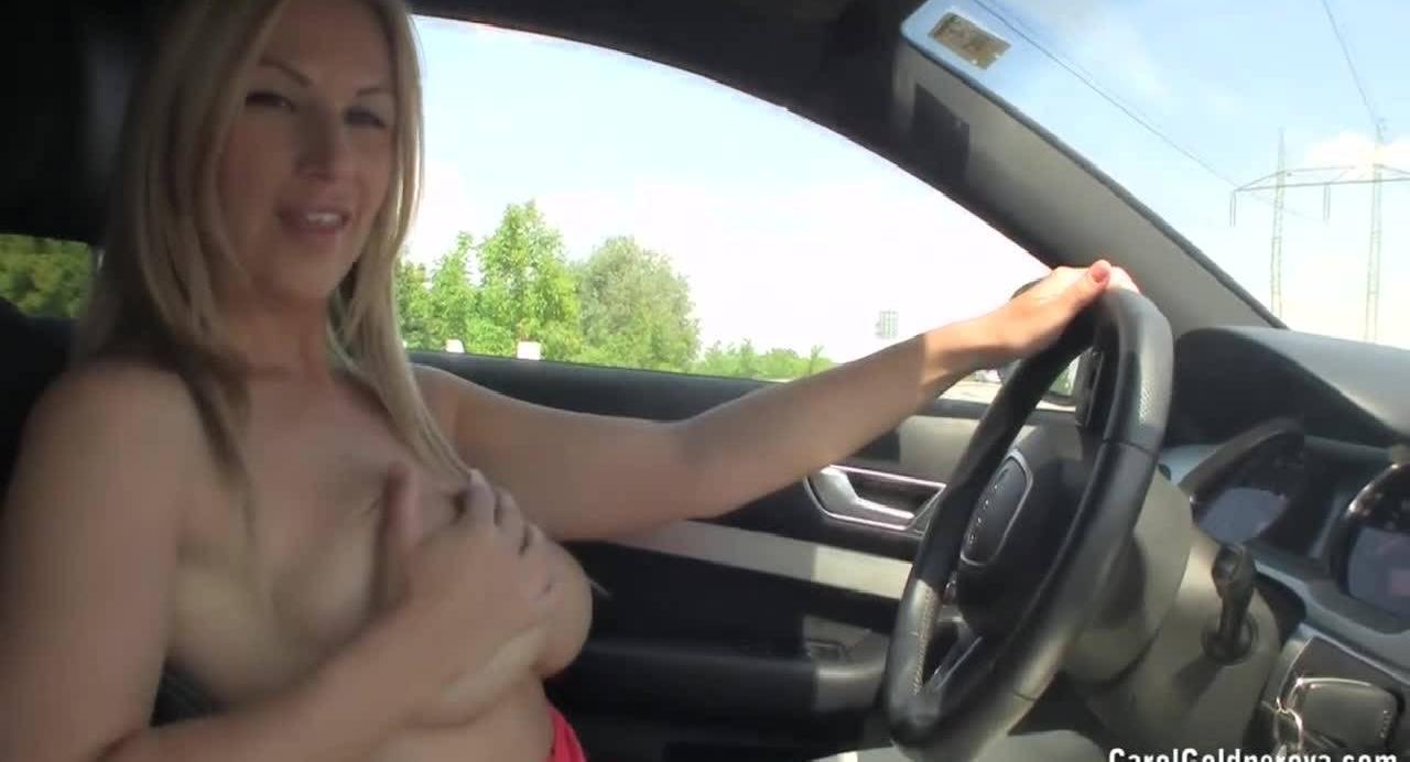 За рулем возбудилась и решила потрагать свое тело на камеру.