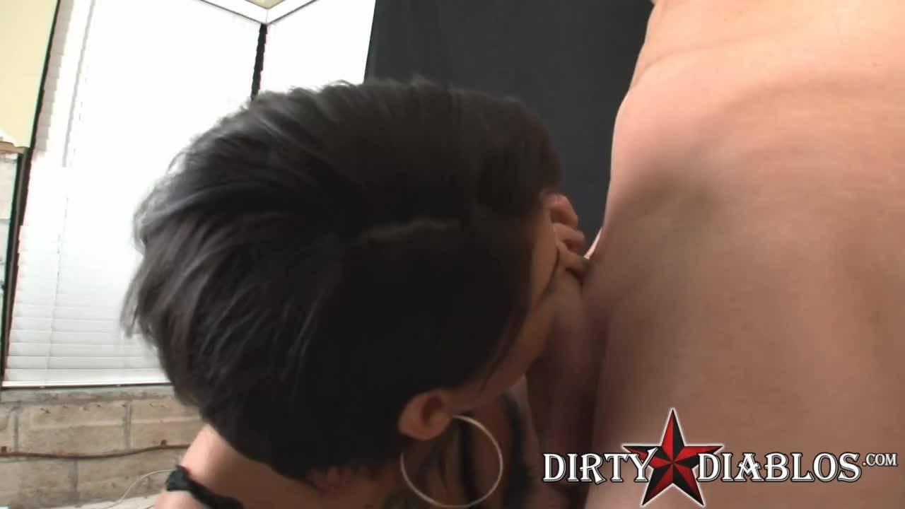Девушка с татуировками курит и сосет член друга на камеру.