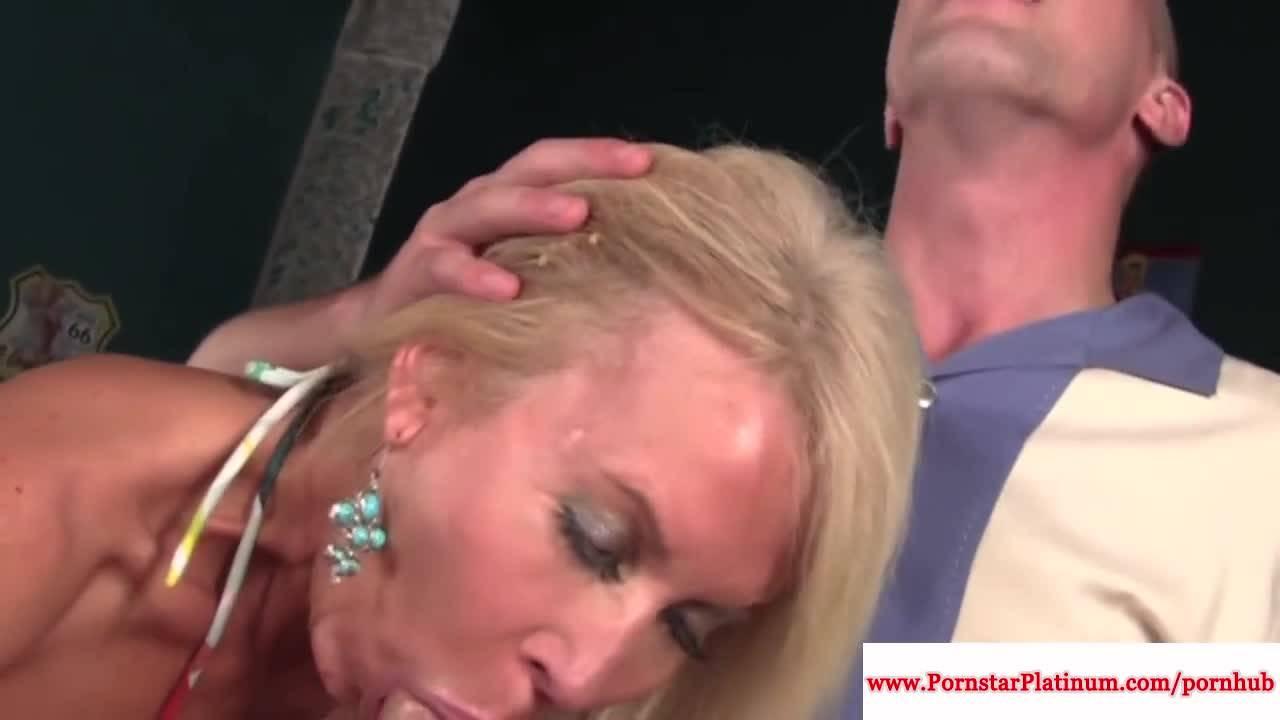 В клубе зрелая мамка трахается с молодым парнем и сосет его член