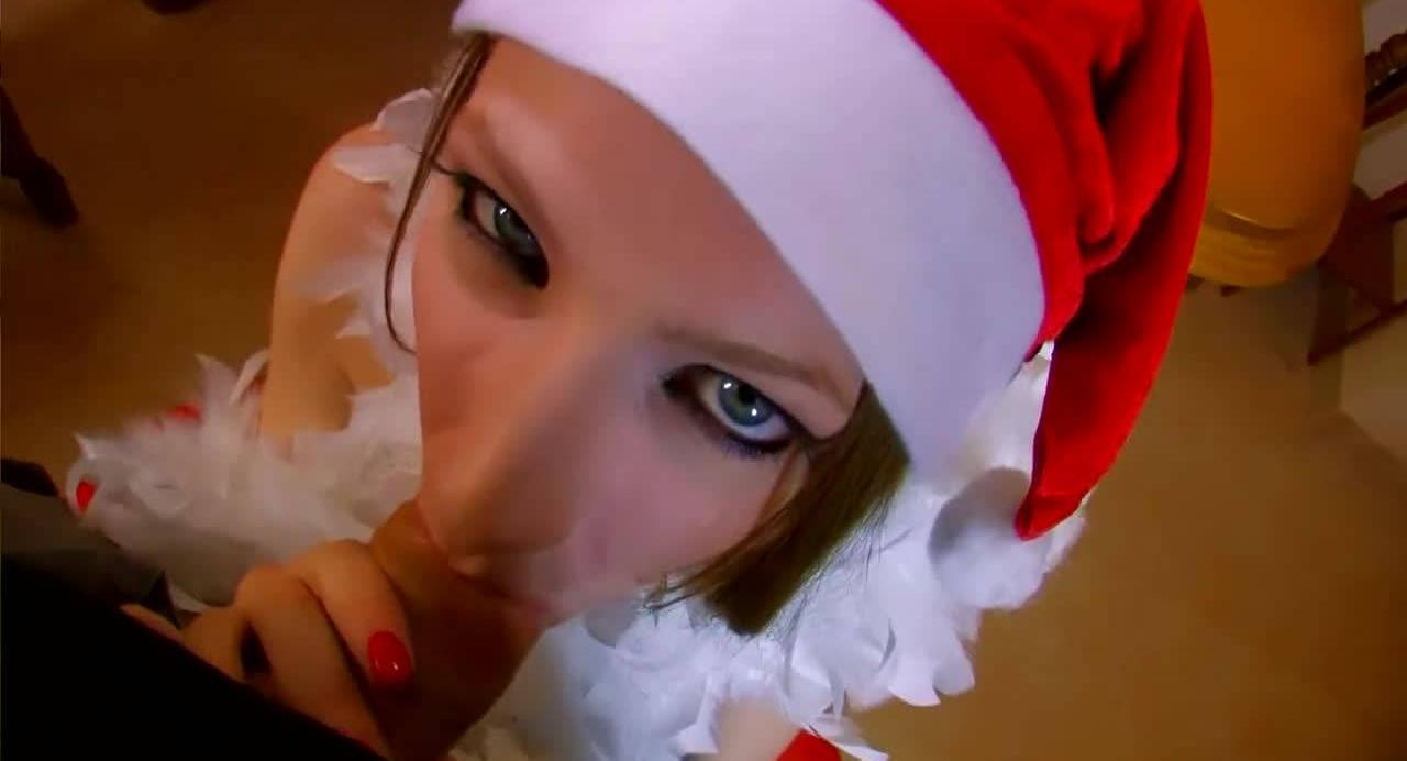 Под Новый год рыженькая телка согласилась дать Дед Морозу и его приятелю