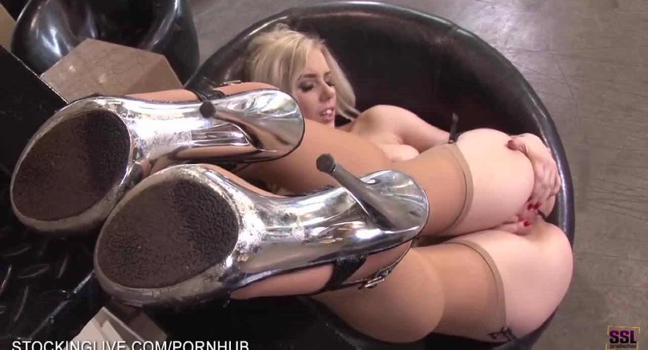 Молодая блондинка в чулках возбудилась и трахнула себя пальчикам около лестницы.