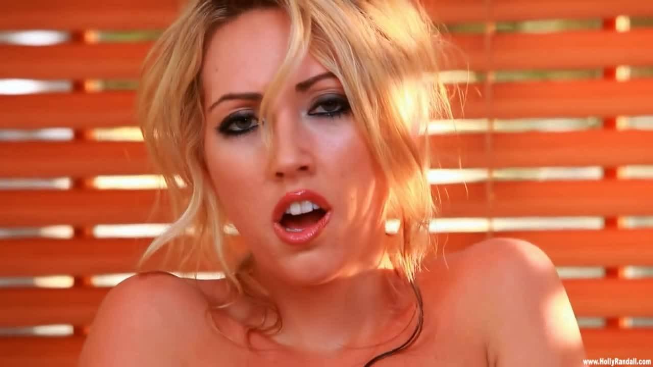 Красивая блондинка принимала душ при возбудилась и решила сделать себе приятно своими пальчиками нежными на камеру.