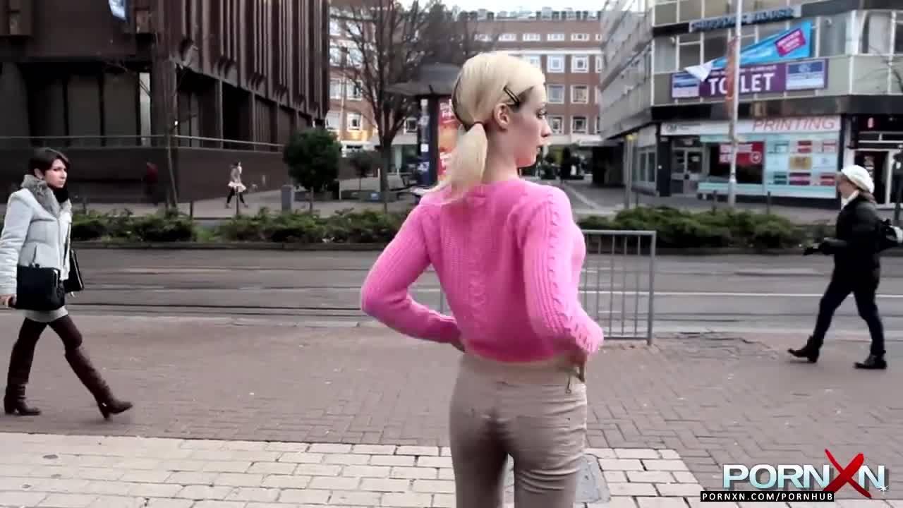 Шлюха писает в штаны в публичных местах и показывает людям