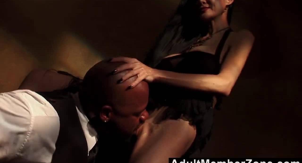 Зрелая госпожа приказывает темнокожему парню выебать ее