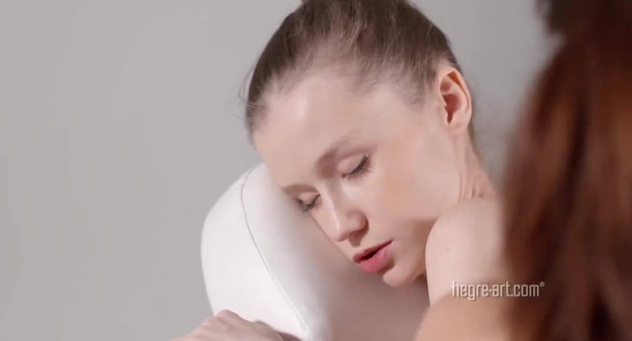 Красивая девушка с большой натуральной грудью наслаждается массажем