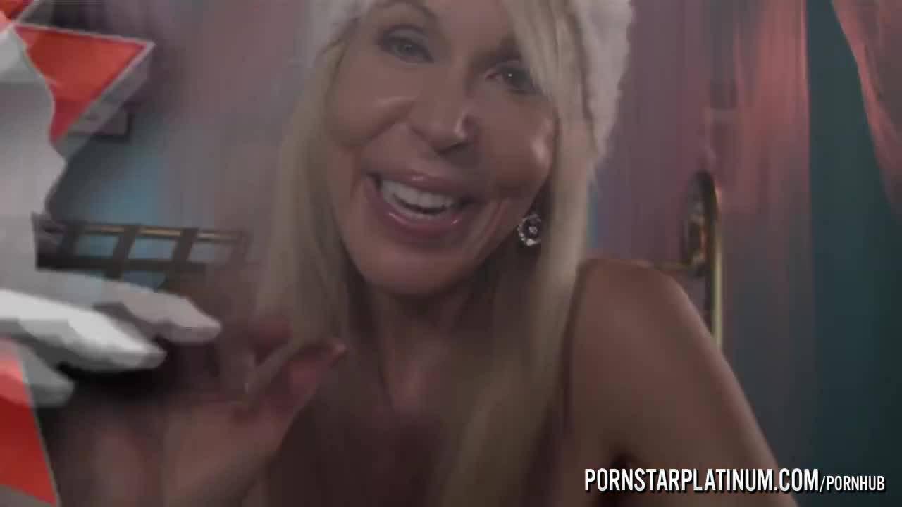 Эрика как всегда занята массажем половых членов своих клиентов