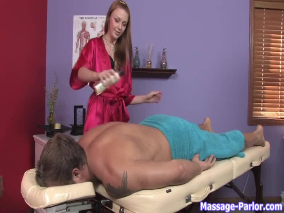 Во время массажа красотка отсосала член клиенту и посидела на его лице