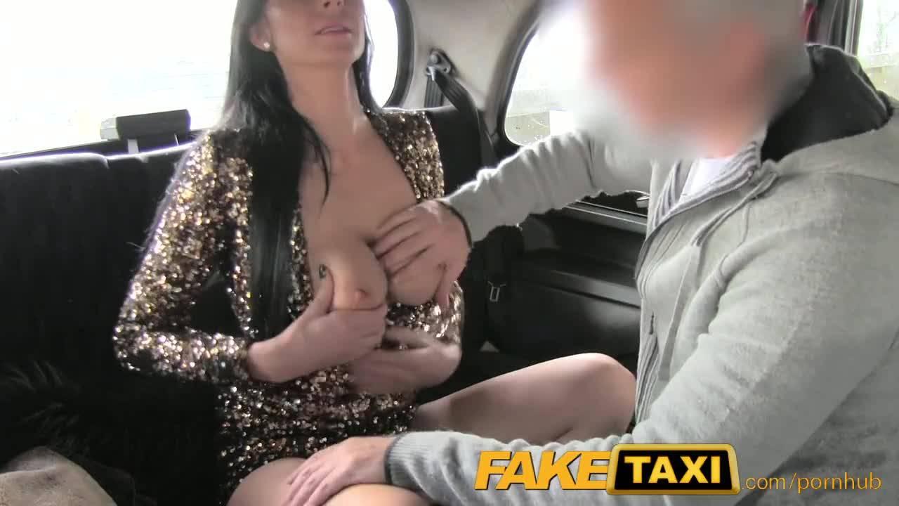 Жаркая брюнетка Лена Франк прокатилась обеими дырками на хуе таксиста