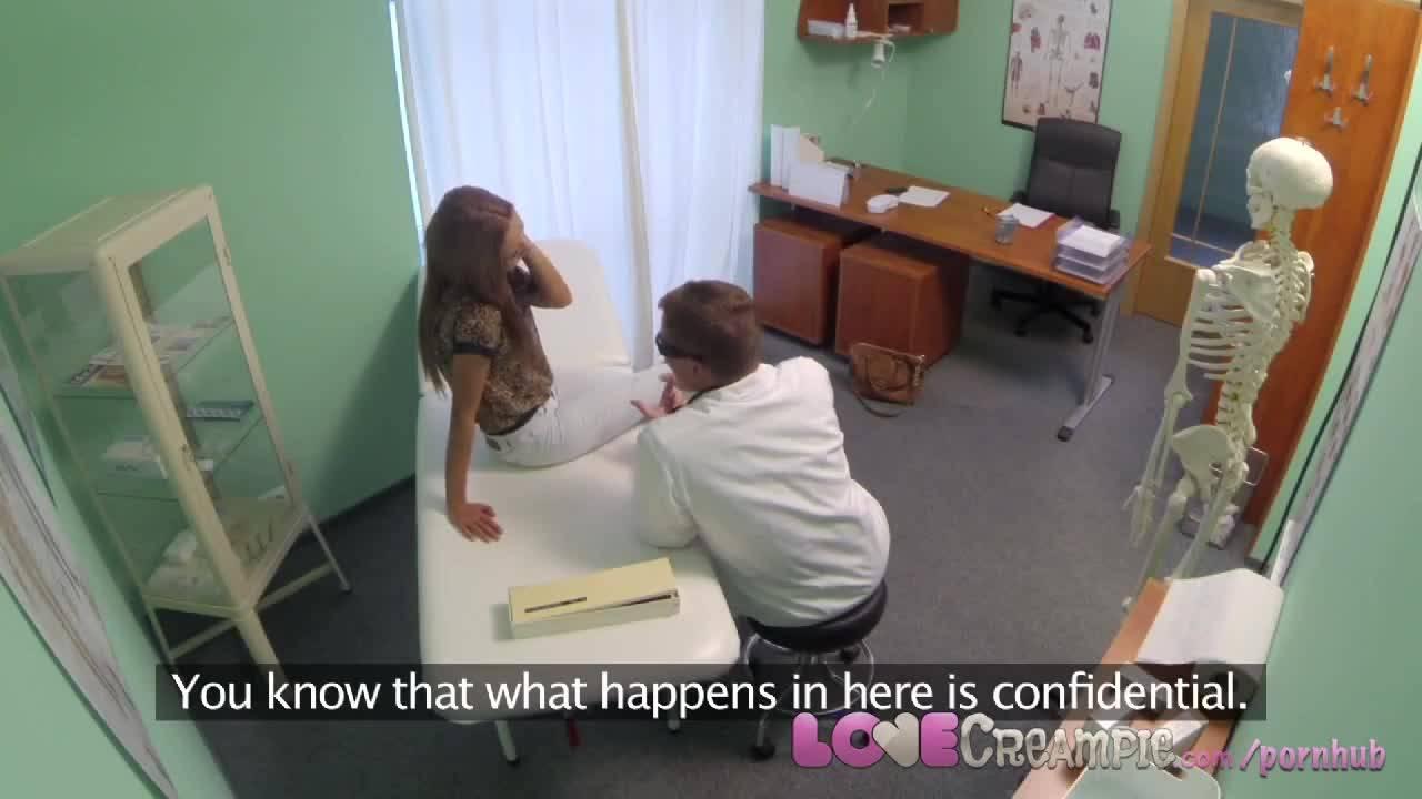 Девушка на осмотре у врача гинеколога занимается лечебным сексом