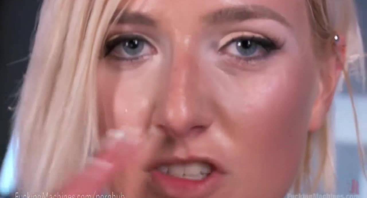 Блонда даёт выебать свою киску бездушной машине