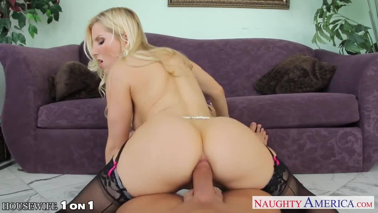 Мужик трахает сексуальную блондинку в сладкую попку и кончает ей на лобок