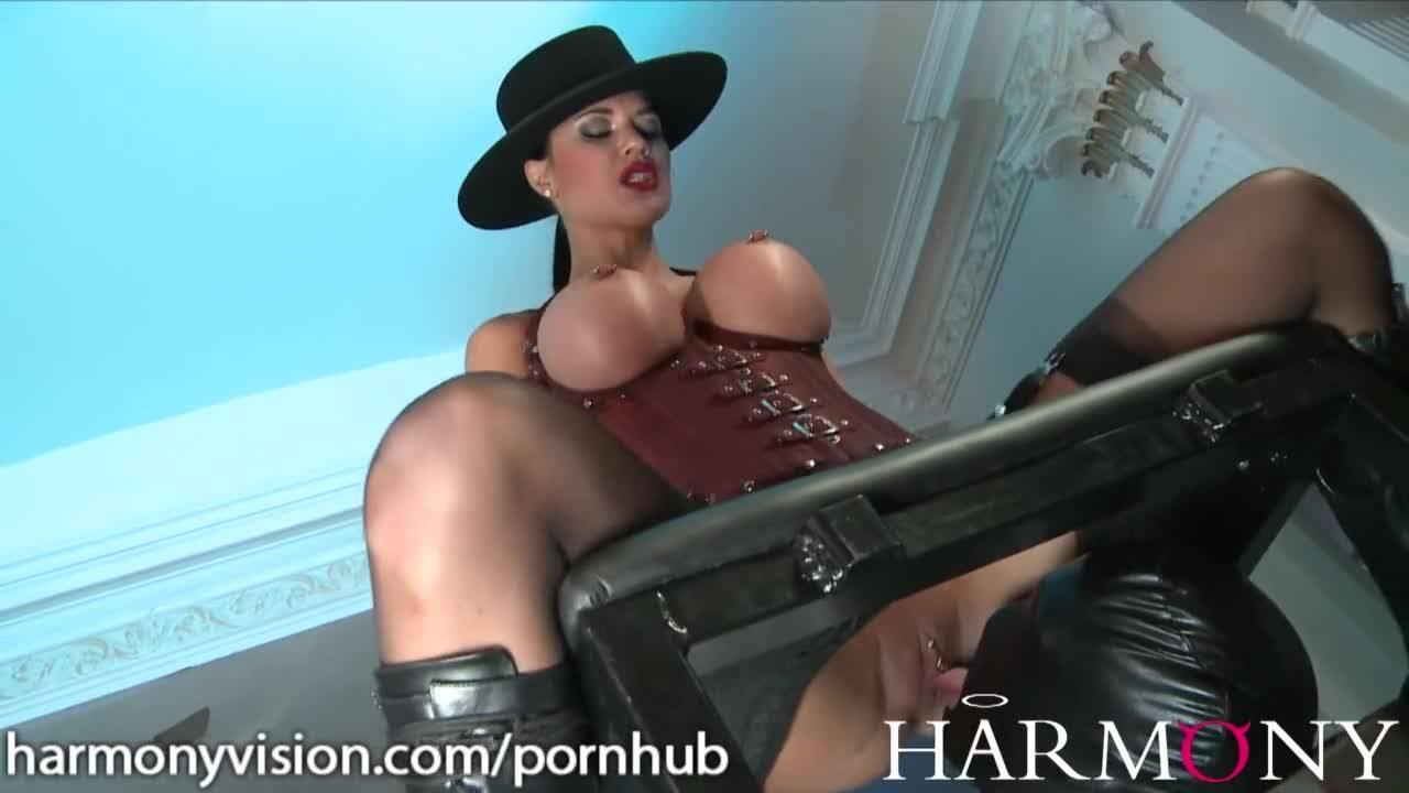 Госпожа развлекается с двумя рабами, заставляет лизать киску
