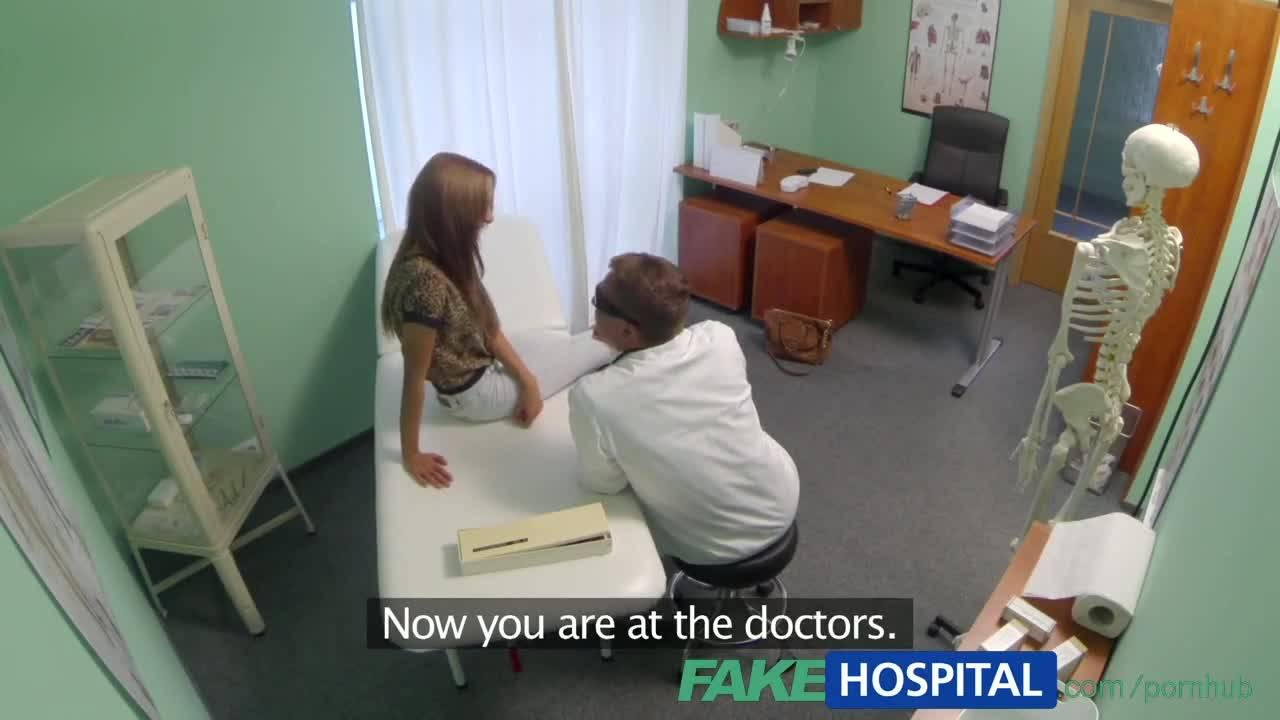 Девушка ебётся на кушетке с врачом, прямо в его кабинете