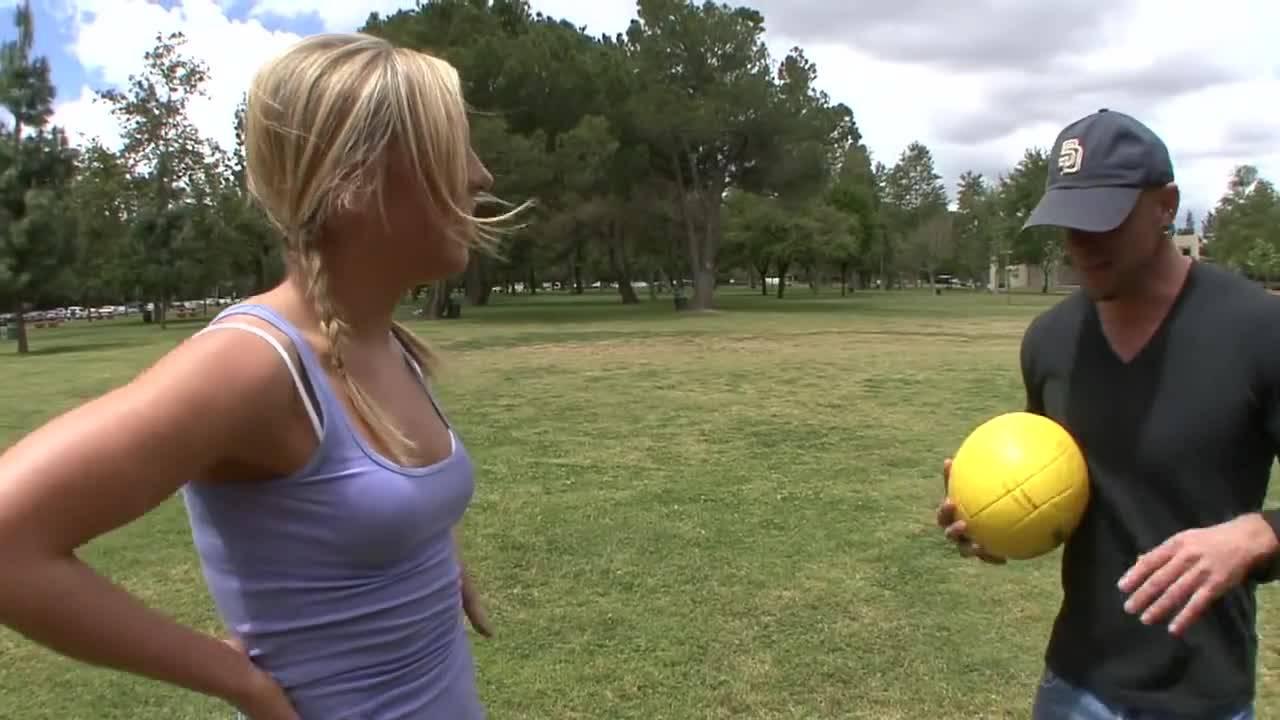 Элли встретила на спортивной площадке отличного парня