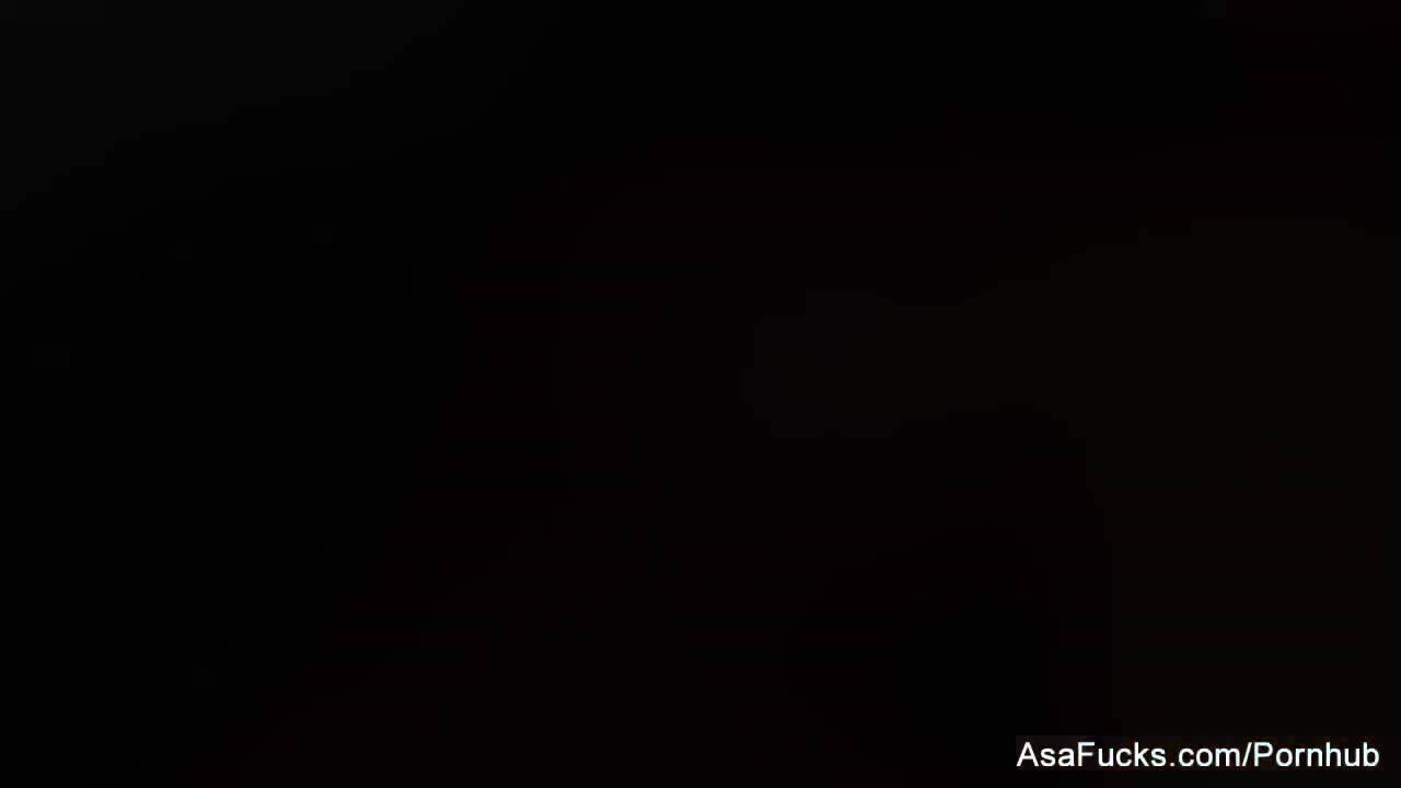 Сисястая азитка трахается со своей подругой-лесбухой на коврике