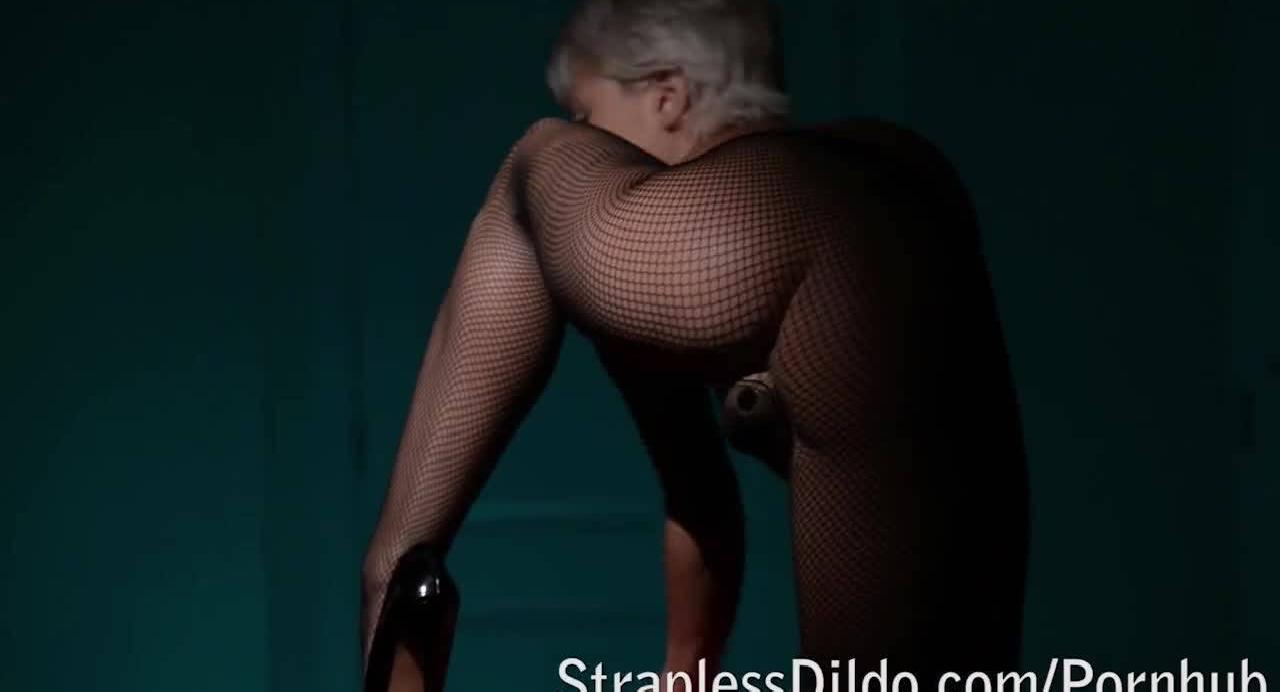 Блондиночка надела на себя страпон в целях развлечься