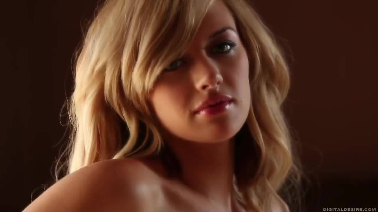 Сексапильная блондинка доводит себя до умопомрачительного оргазма
