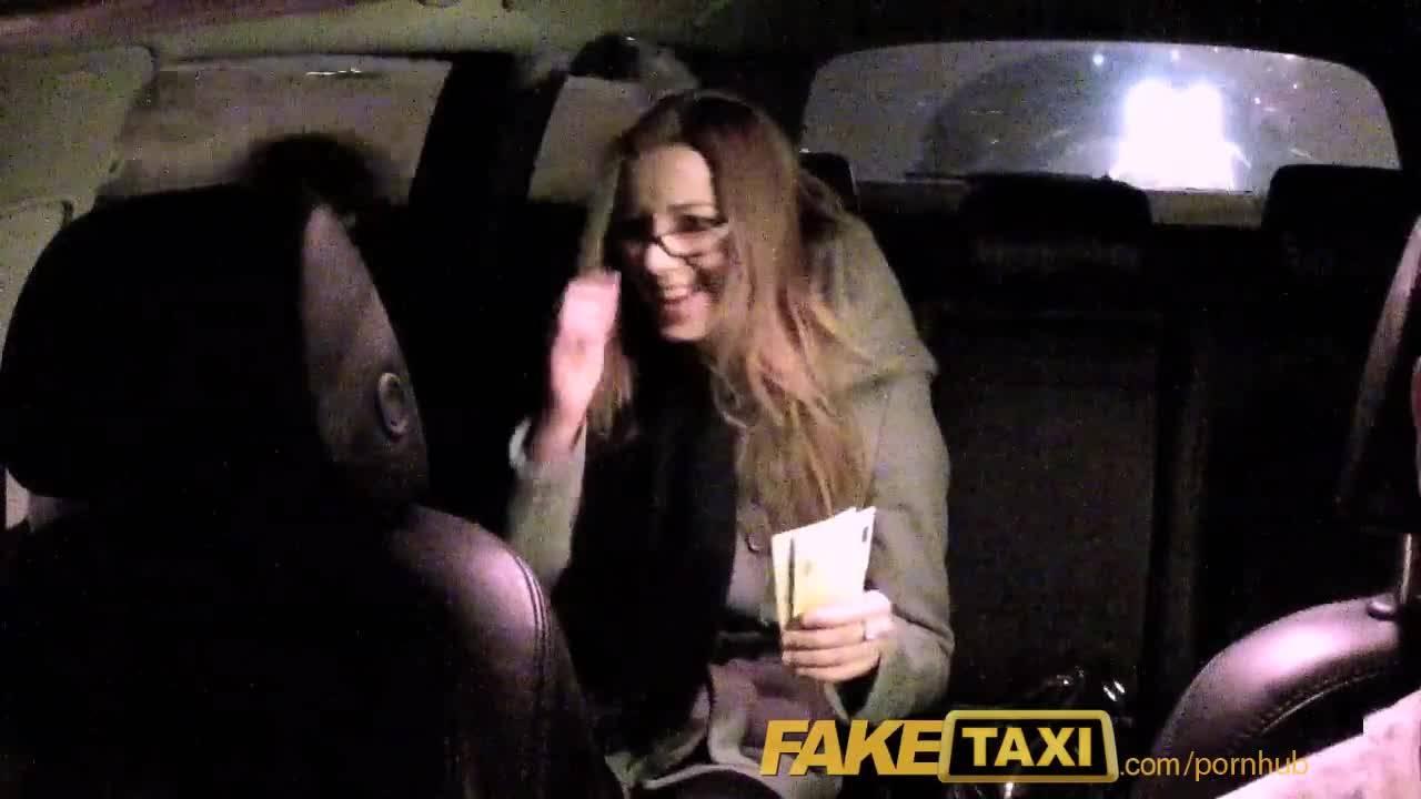Таксист трахает пассажирку в выбритую пизду на заднем сидении