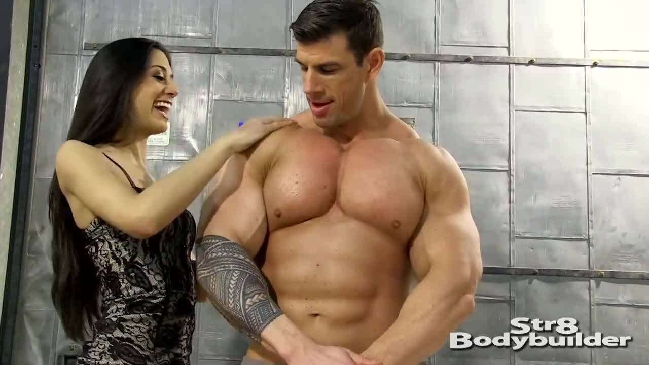 На фотосессии качок показав свою мускулатуру возбудил девушку за фотоапаратом
