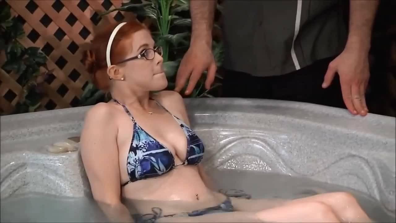 Окунувшись в бассейн после сауны девушка решила по мастурбировать и привлечь к себе внимание