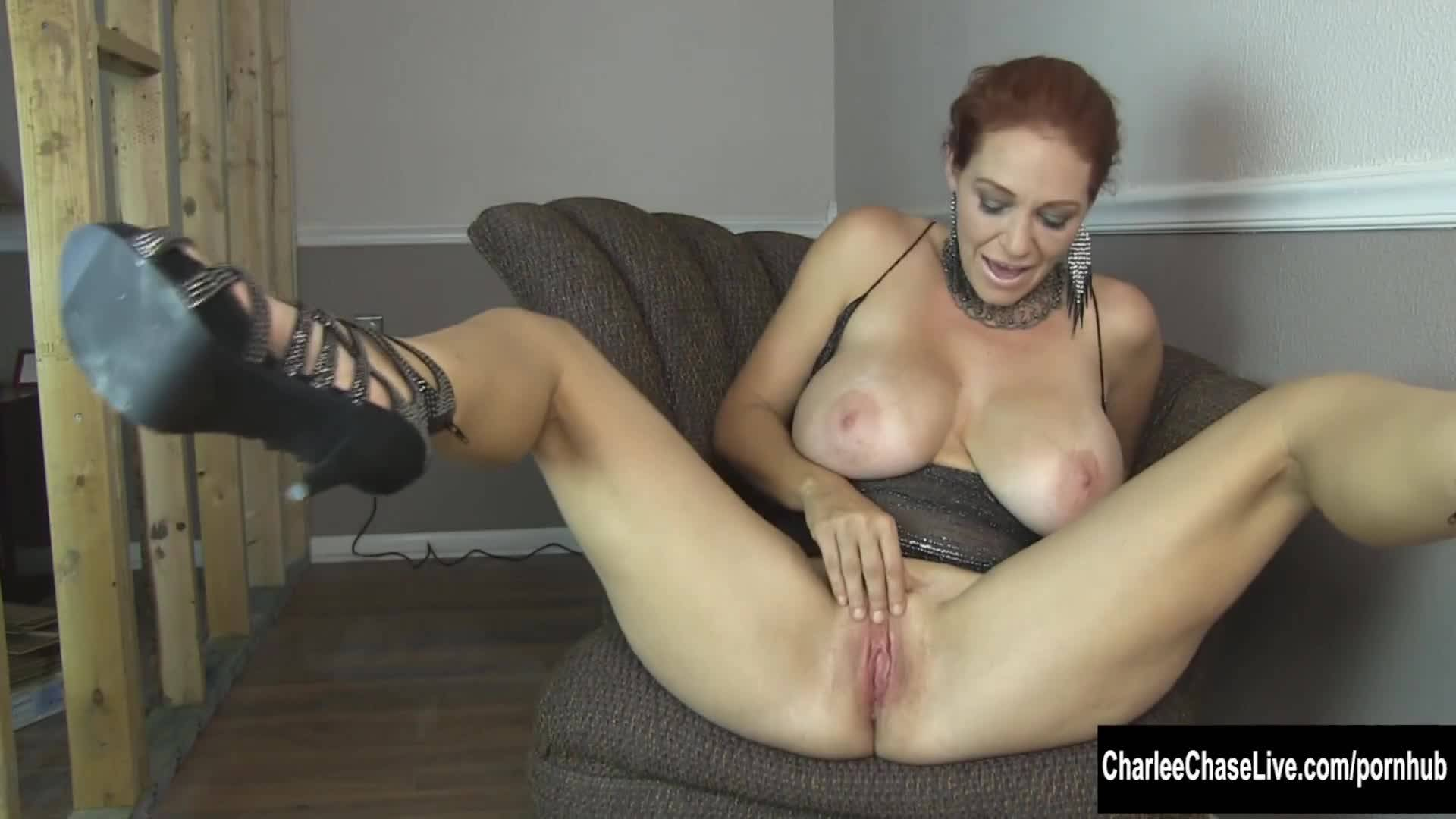 Зрелая путана мастурбирует перед камерой