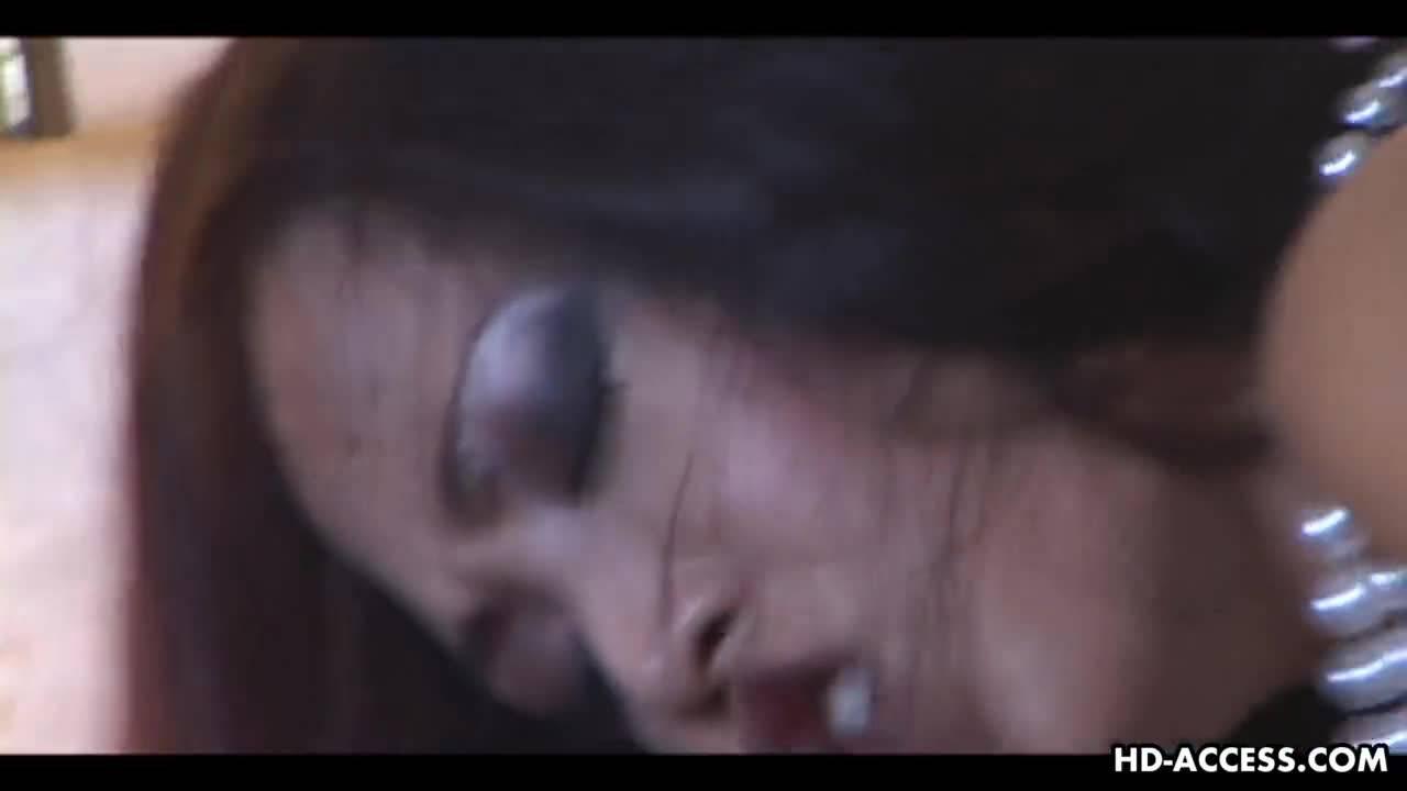 Мужик трахает красотку азиатку в бритую киску на кровати в отеле
