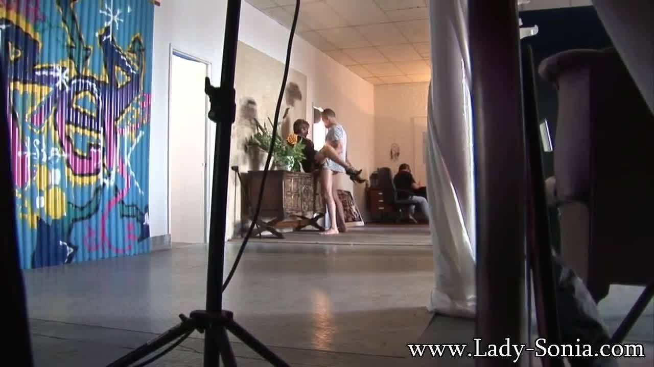 Зрелая Леди Соня трахается с молоденьким при муже куколде