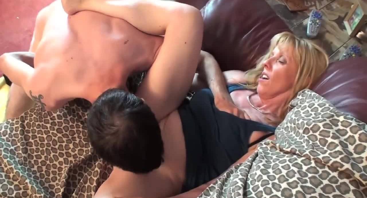 Худощавая мамка захотела оттрахать своего сынка в гостиной.