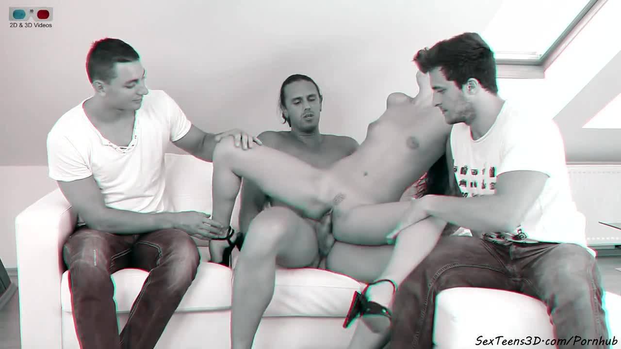 Три парня ублажили молодую красотку