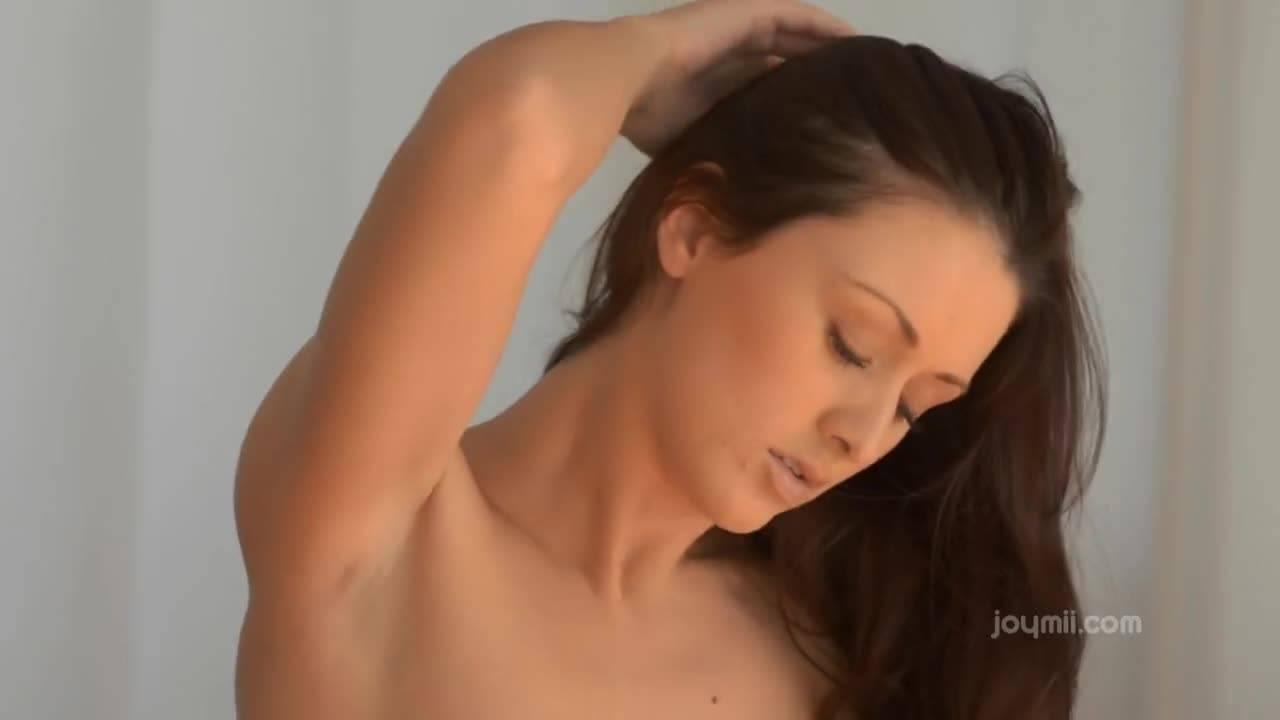 Русая телочка с волосатой киской мастурбирует на камеру