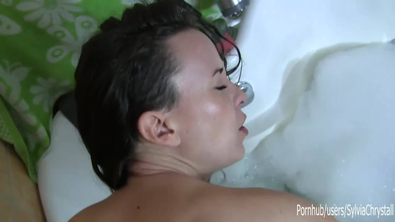 Зрелая красавица сосёт и трахается в ванной
