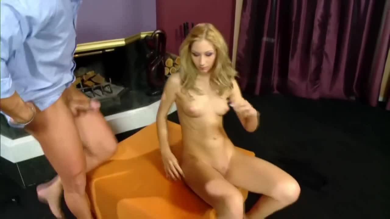 Блондиночка соблазнила мужика и принялась сосать и дрочить его член