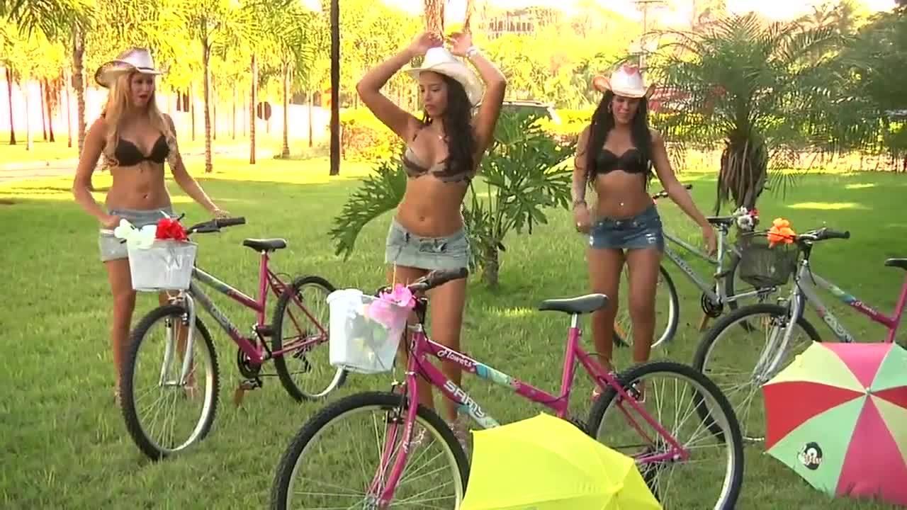 смотреть Сексапильные велосипедистки катаются в мини юбках