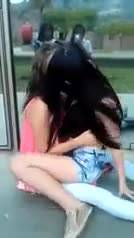 смотреть Розовые девушки тискают друг друга на публике