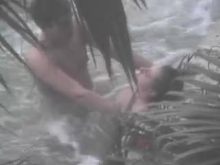 Парень имеет свою подругу в озере