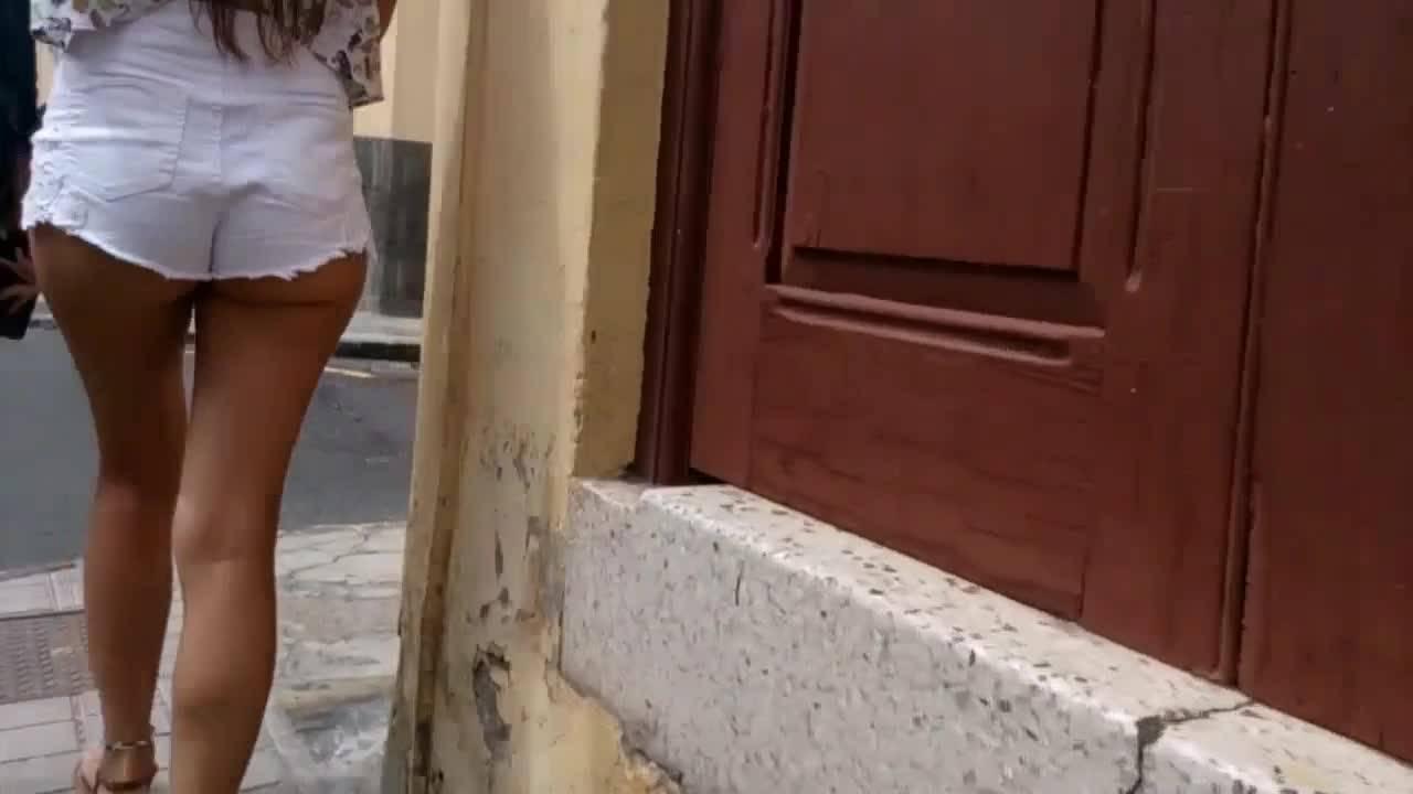 Мужик преследует девушку в коротеньких шортиках