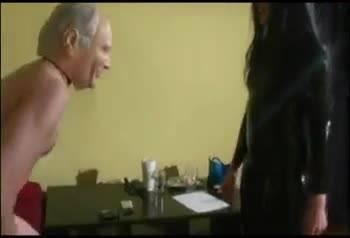 Девушка бьет парня по яйцам нагами