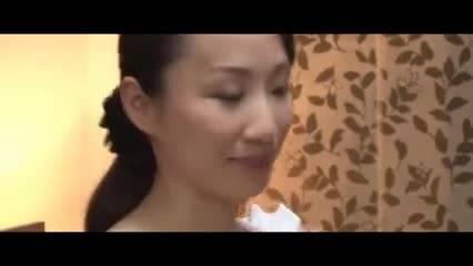 Молоденькую азиатку дерет молоденький любовник