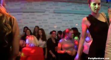 Шумная вечеринка в клубе переросла в настоящую оргию