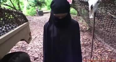 Оральный секс молодой мусульманки, которую жестко поставили на колени и заставили сосать