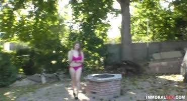 Девушка гуляла по двору в одном нижнем белье и сосед решил подойти