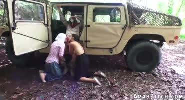 Две арабские девушки за деньги сделали парню минет в машине