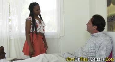 Черная девушка решила сделать приятно своему отчиму
