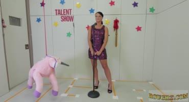 Брюнетка пришла на шоу талантов и получила член в глотку