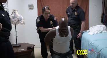 Полицейский сосет хуй у нигера сидящего в наручниках.