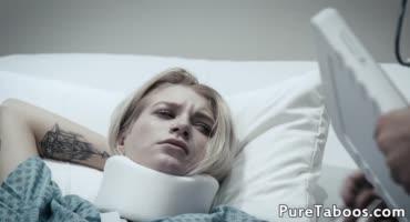Блондинка, проснулась от того, что молодой доктор смотрит на ее киску