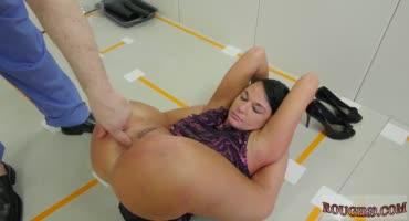 Телочка брюнетка раздвинула ноги чтобы ее оттрахали в анал