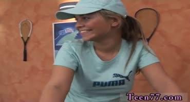 Зрелый тренер по теннису, трахает в ротик молоденькую сучку