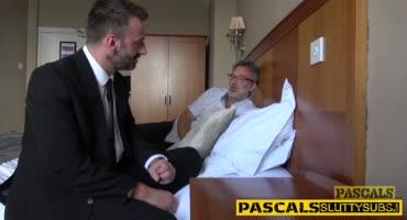 Два зрелых мужика позвали к себе в комнату шлюху и жёстко выебали.